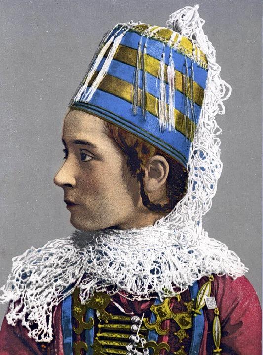 Die Postkarte aus dem Jahr 1913 zeigt ein karbadinisches Mädchen.  | Foto: Museum für Völkerkunde Hamburg
