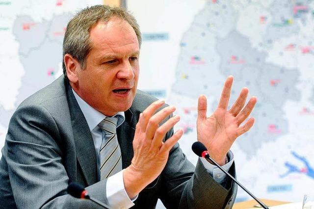 Mann wirft Torte auf Innenminister Gall und trifft