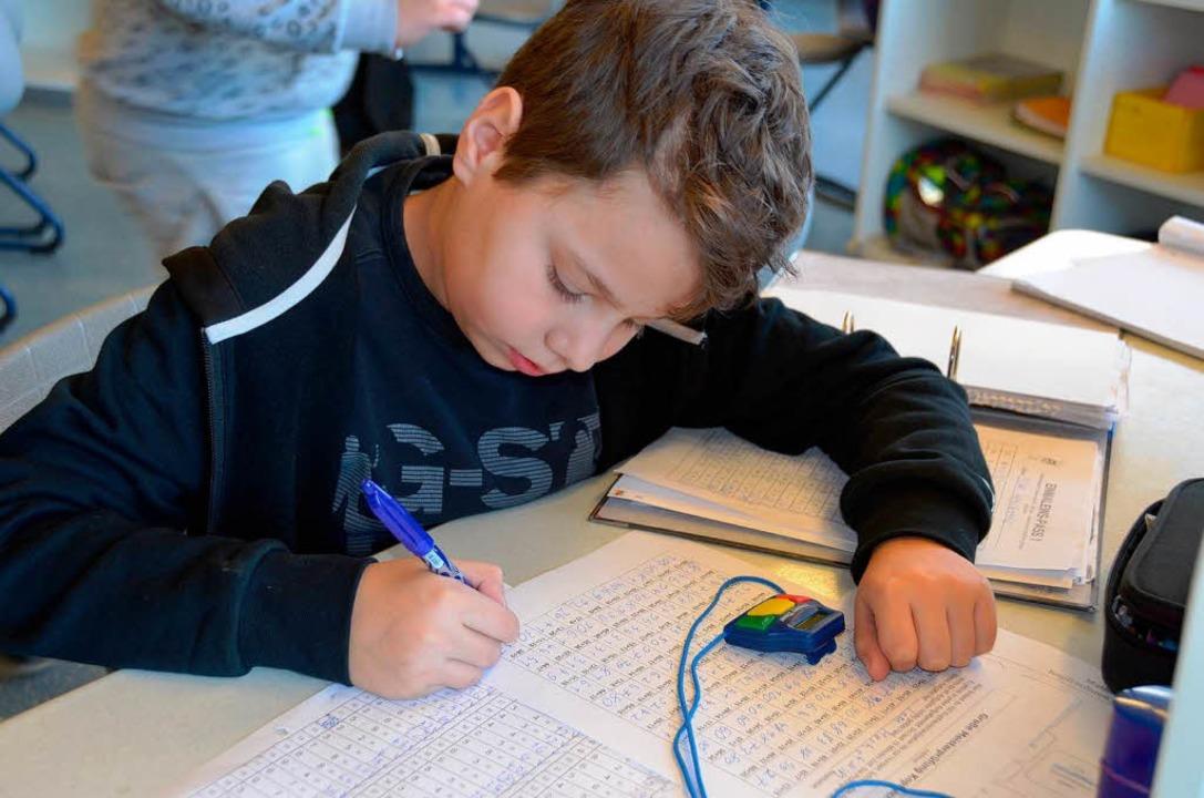 Jeder Schüler kann für sich an seinem  Arbeitsplatz Aufgaben lösen.  | Foto: Andrea Gallien