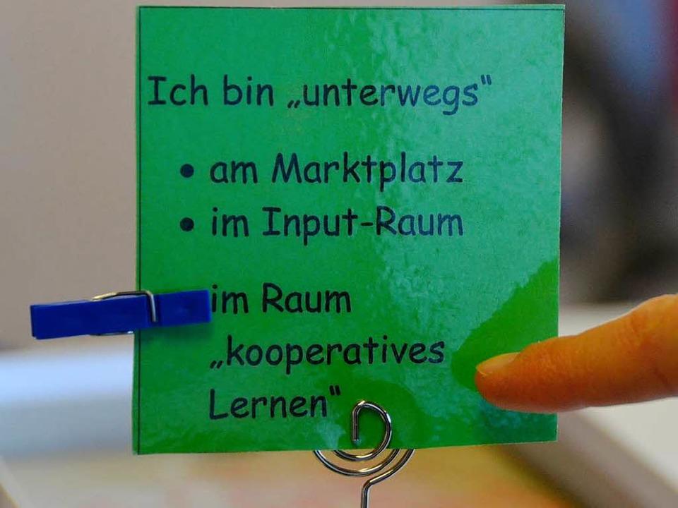 Auf jedem Schülerschreibtisch steht ei...Klammer markieren, wo sie gerade sind.  | Foto: Andrea Gallien