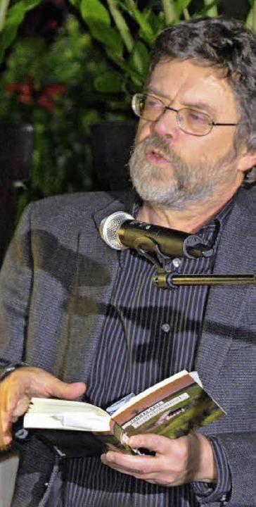 Krimiautor Thomas Erle bei seiner Lesung im Gewächshaus.  | Foto: FI