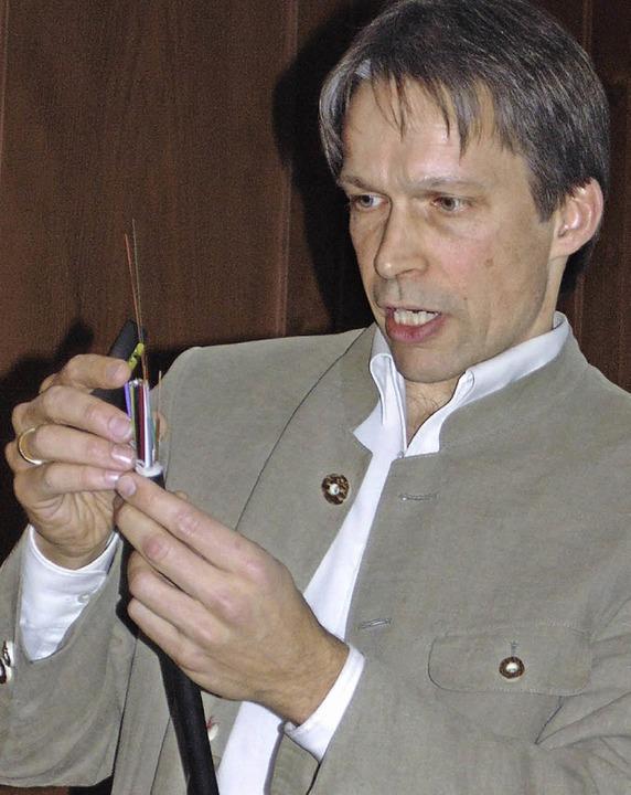 Ein Glasfaserkabel zeigte  der Referent Jörn Gutbier.   | Foto: Michael Gottstein