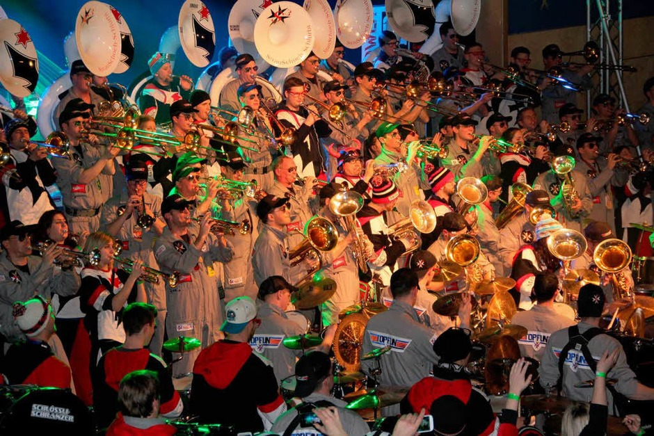 Bis zu 120 Musiker rockten die Bühne, während  rund 1500 Fans mit und ohne Fasnachtskostüm  in der Malteserhalle feierten. (Foto: Sabine Model)