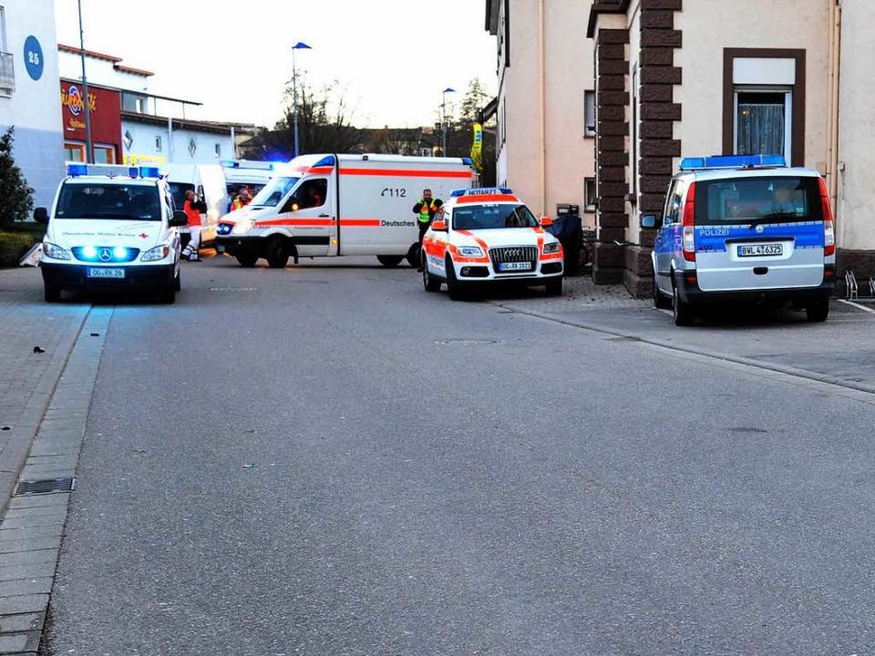 Polizei und Sanitäter an der Unfallstelle in Rust.   | Foto: Bernhard Rein