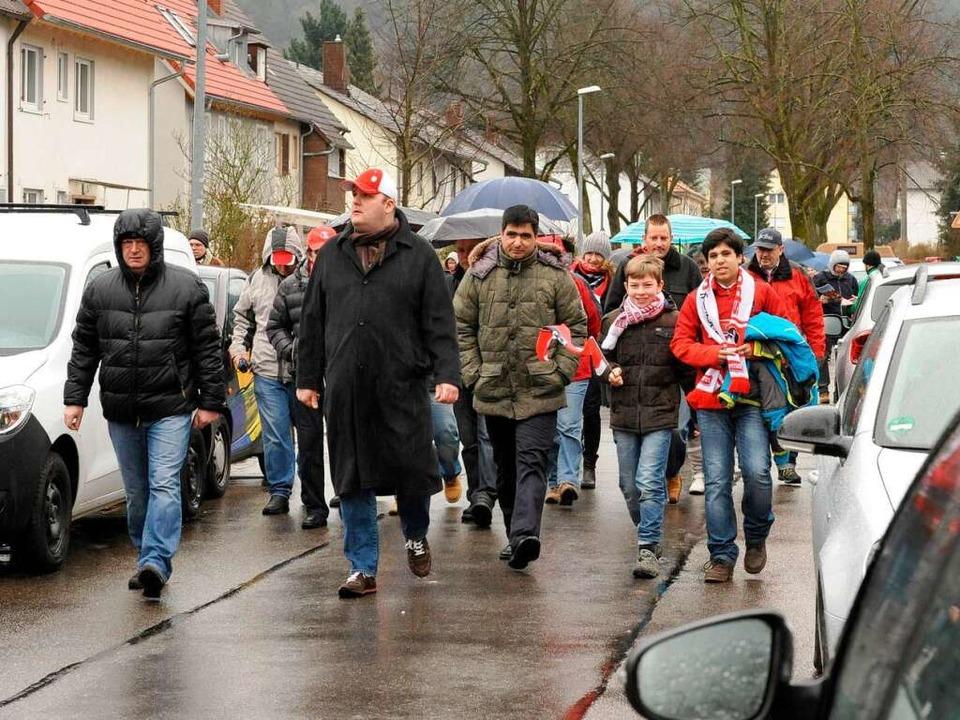Auf dem Weg von der Haltestelle Römerh...e-Solar-Stadion: Fans des SC Freiburg   | Foto: Rita Eggstein