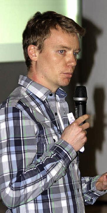 Julian  Rolker bei der Präsentation der Bürchauer Quellen-Analyse  | Foto: Heiner Fabry
