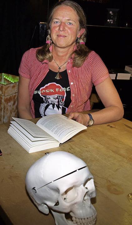 Birgit Hermann und die Reste von Karl-Otto   | Foto: Marion Pfordt