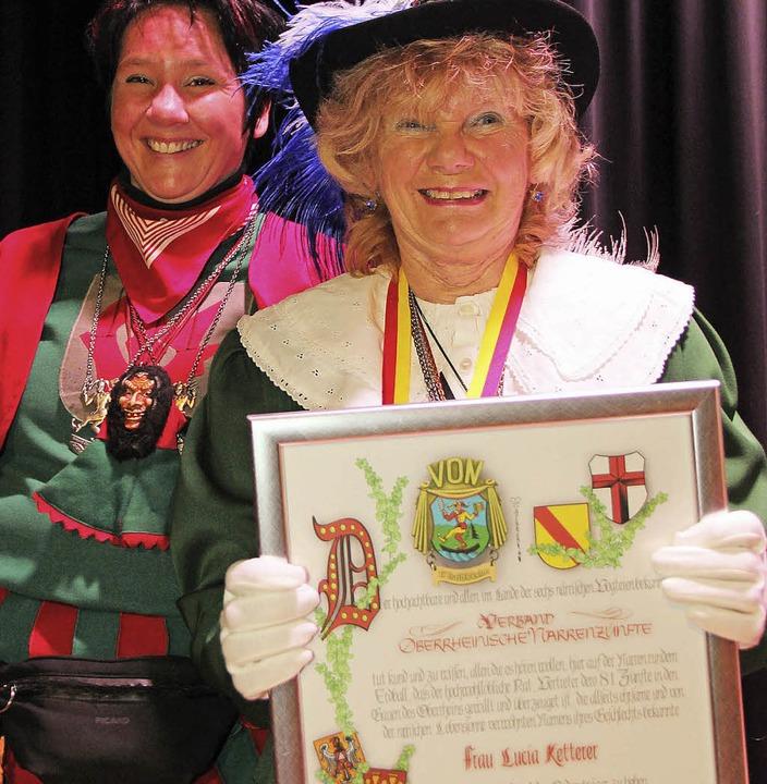 Den Halbe Leben-Orden empfing  Lucia K...lbernen Hampelmannorden Petra Birkle.   | Foto: Eva Korinth