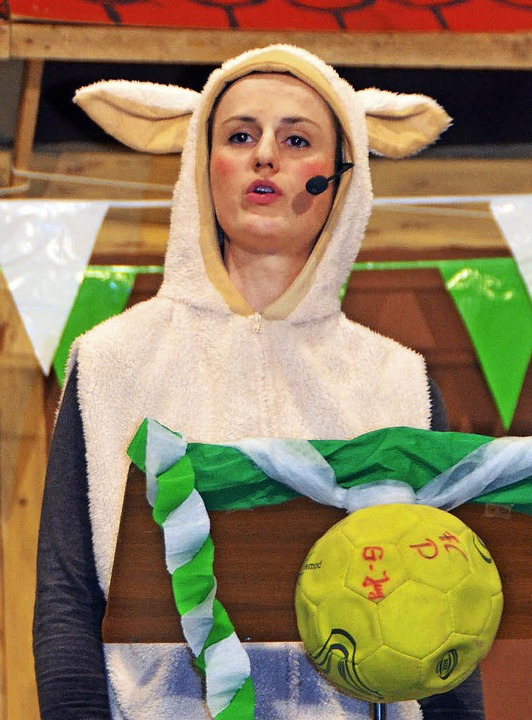 "Tanja Schill als Wollschaf Lise: &#822...8217; bim Nagler-Bur die Wiese.""    Foto: Bernd Fackler"