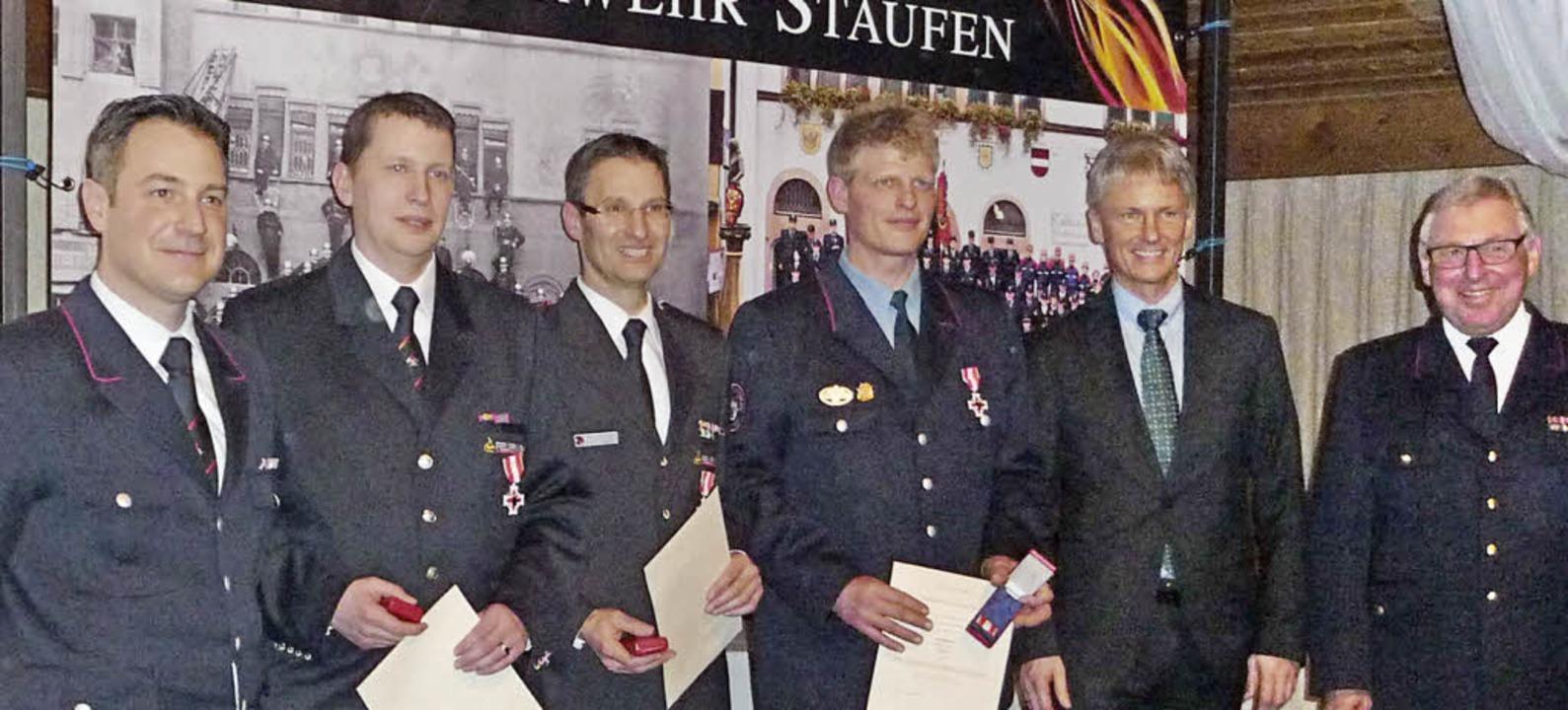 Ehrungen: Kreisbrandmeister Alexander ...das Feuerwehr-Ehrenzeichen in Silber.   | Foto: Manfred Burkert