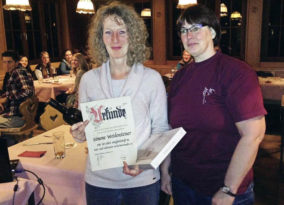Simone Weidensteiner (links) aus Bonnd...tgliedschaft von Irene Wagner geehrt.     Foto: Luisa Denz