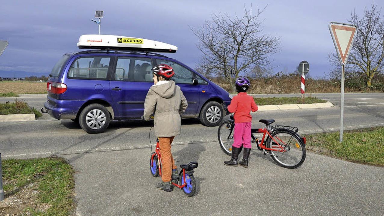 Schon bei Tag kein ungefährlicher Ort:... am neuen Sportplatz mit Solarleuchte     Foto: R. Ruther