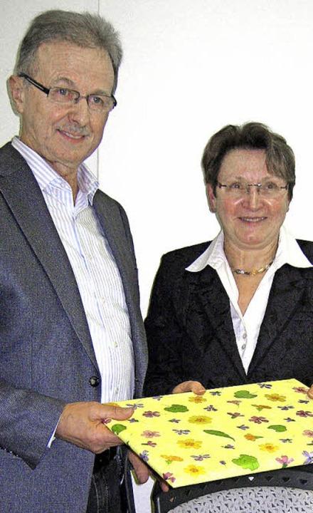 Ruthild Surber verabschiedete Heinz Ja...er gut 50 Jahre in Tiengen tätig war.     Foto: Eva Opitz