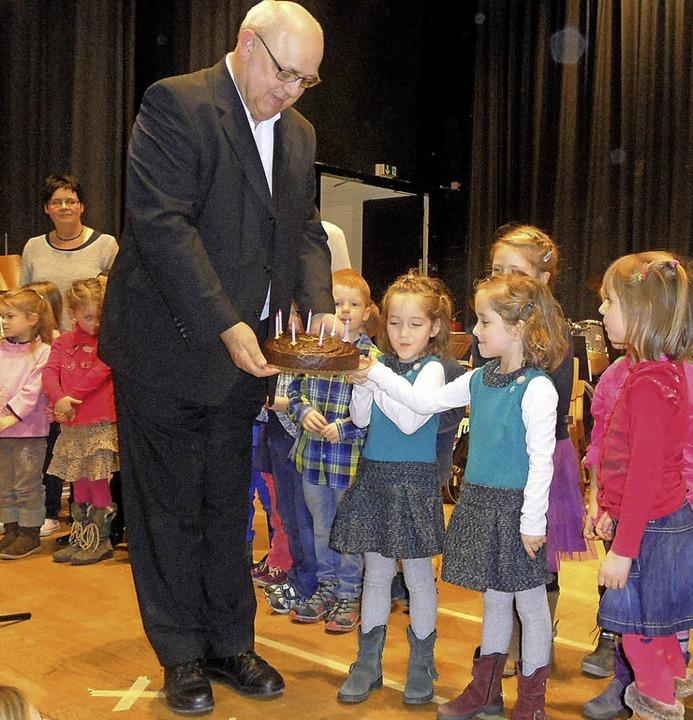 Zum 70. Geburtstag überreichten die Mä...r  Kleinhans einen Geburtstagskuchen.     Foto: Josef Faller