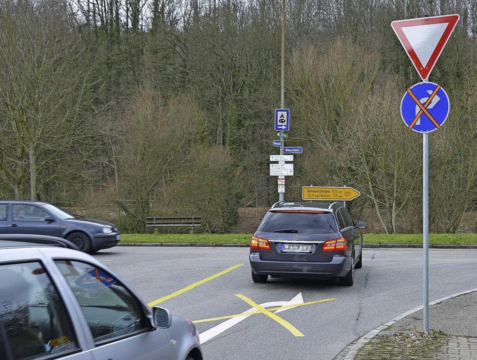 Irritationen verursacht diese Beschild...ler fordern, die Pfeile zu entfernen.   | Foto: Nikolaus Trenz