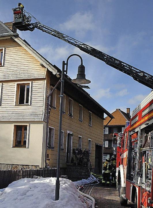 Die Feuerwehr öffnete die Wand beim br...ut. Zu Schaden kam zum Glück niemand.     Foto: C. Sahli