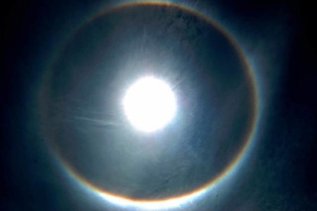 Eiskristalle sorgen für imposanten Mondring