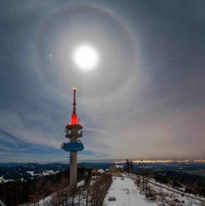 Diese Aufnahme eines Halos vom Gipfel ... um Freiburg am Nachthimmel zu sehen.   | Foto: Achim Schaller/Sternfreunde Breisgau