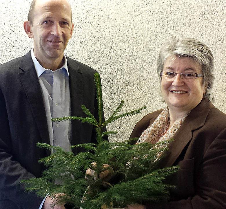 Bürgermeister Christian Behringer über...n Miniatur-Tännle an Gabriele Schmidt.  | Foto: Privat