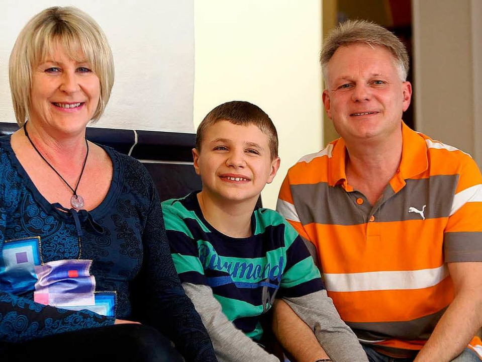 Fröhliches Trio: die Eltern Manuela und Stefan Krämer mit Sohn Marlon  | Foto: christoph breithaupt