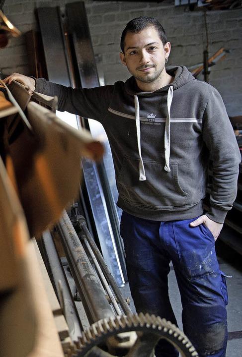 Ein Azubi aus Barcelona im Materiallager eines Fachbetriebs für  Klempnerei  | Foto: dpa