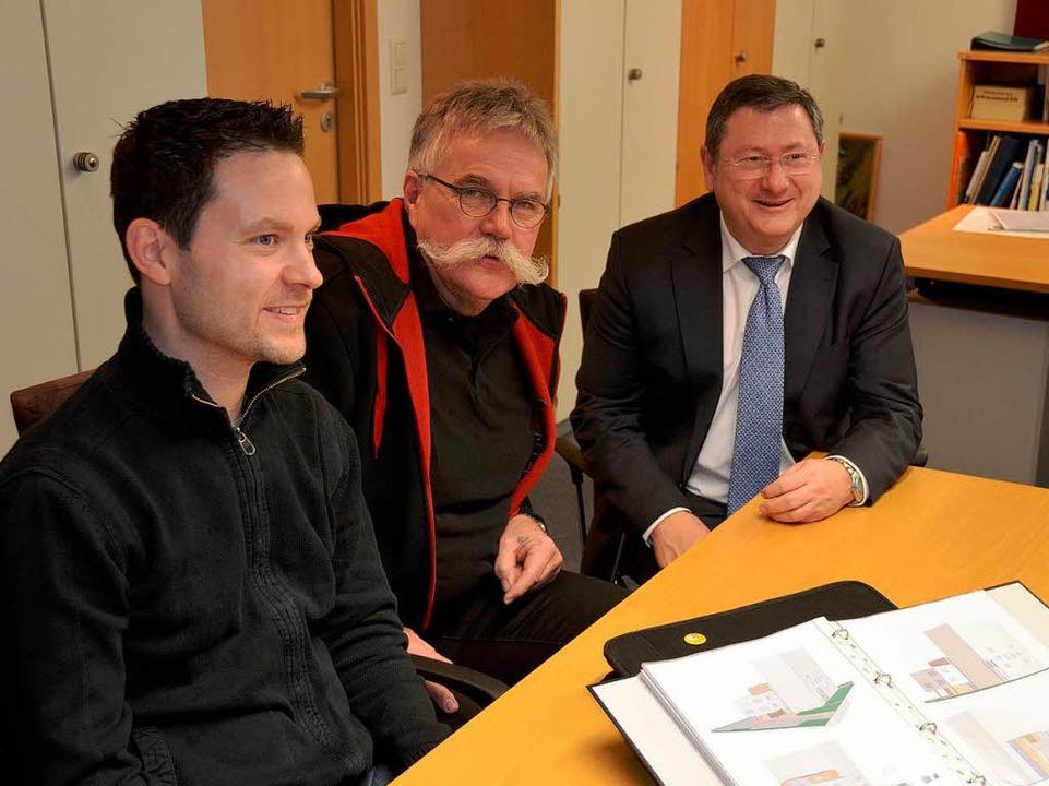 Machten gestern einen Knoten aufs Proj...ahlke und Bürgermeister Heinrich Dixa.    Foto: Fischer
