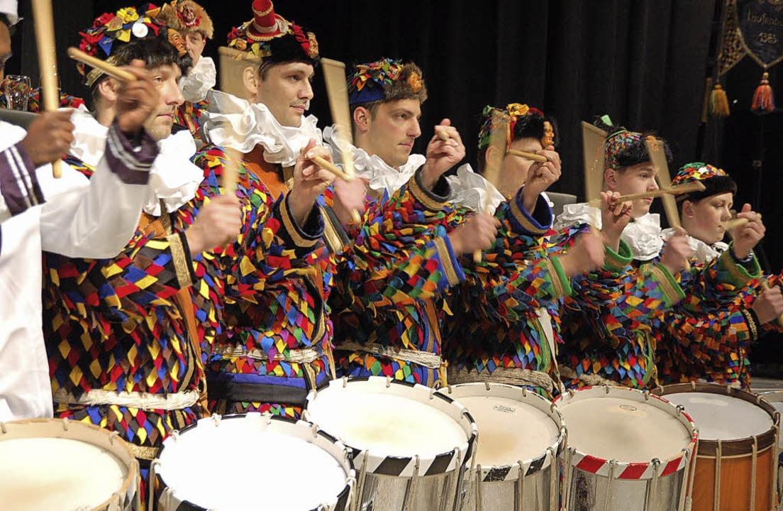 Eindrucksvoll: Die Tambouren spielten ...bott in der Schweizer Stadthalle auf.     Foto: Hildegard Siebold