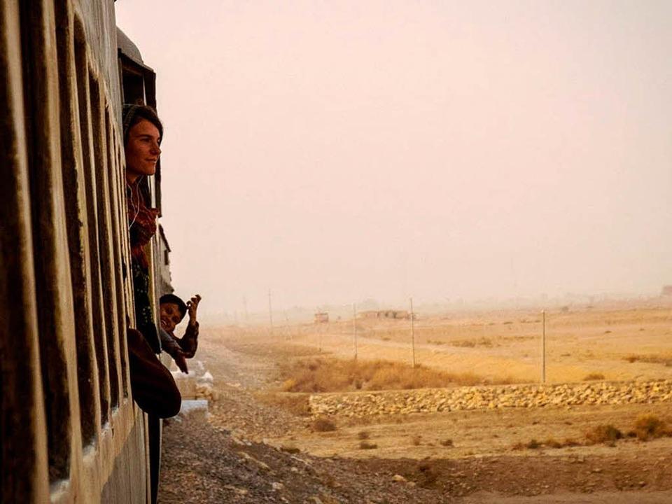 Aus dem Zug lässt Gwen Weisser den Bli...as pakistanische Hinterland schweifen.  | Foto: Gwen Weisser