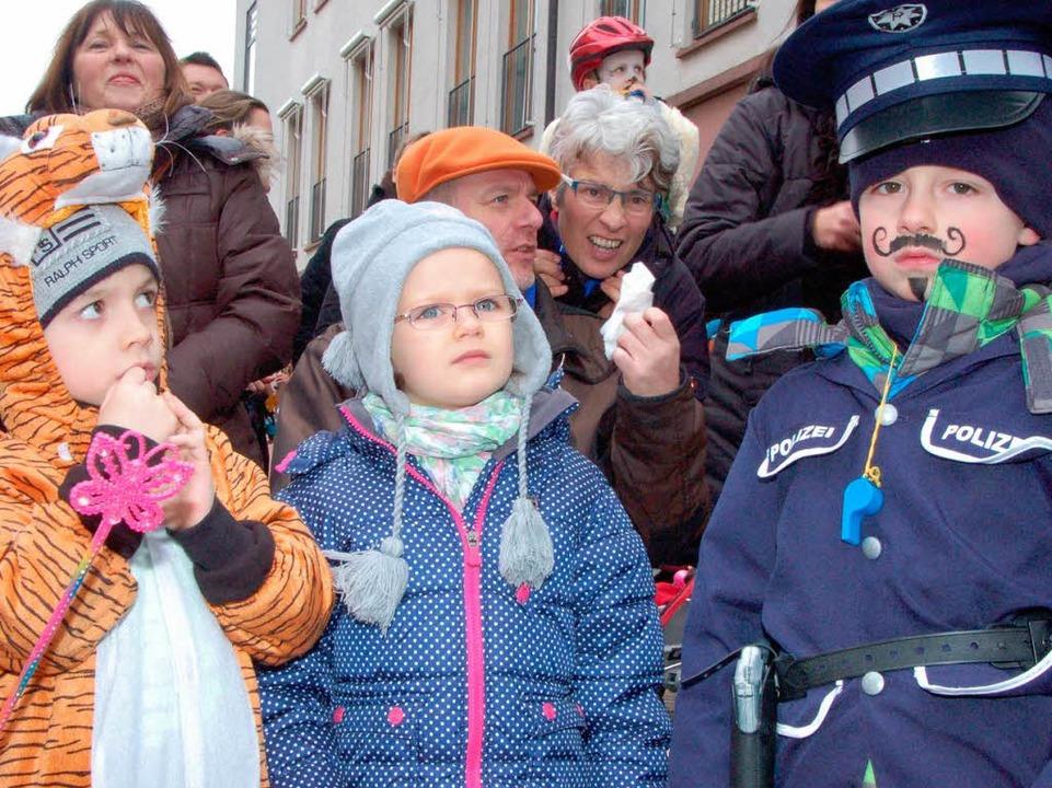 1500 Narren toben durch das Dorf zur Freude nicht nur der Kinder.    Foto: Andrea Steinhart