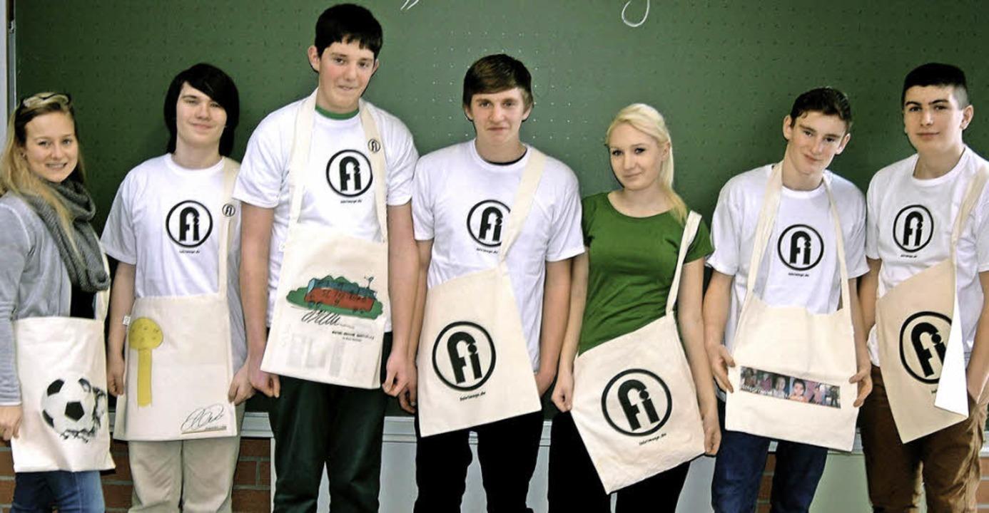 Schülerinnen und Schüler der Firma mit fair produzierten Taschen   | Foto: zvg