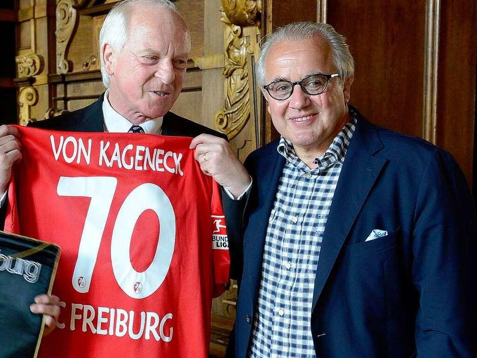 CDU-Fraktionschef Wendelin von Kagenec...ts) ein Trikot zum Geburtstag schenkte  | Foto: Ingo Schneider
