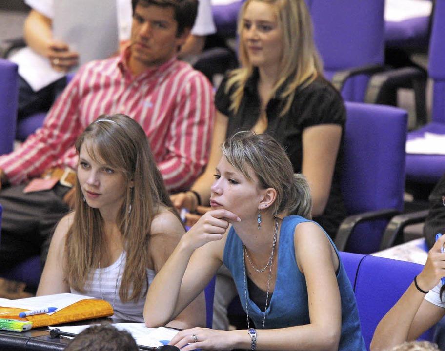 Hier lauschen Jugendliche aufmerksam e... bisweilen eine echte Herausforderung.  | Foto: Dpa