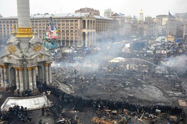 Brennende Barrikaden: Drohne über Kiew zeigt Ausmaß der Zerstörung