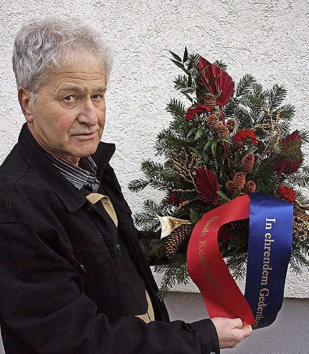 An der Gedenkstätte in Eygalayes in Sü...r ihnen Alfred Epstein aus Kenzingen.   | Foto: Michael haberer/ Privat