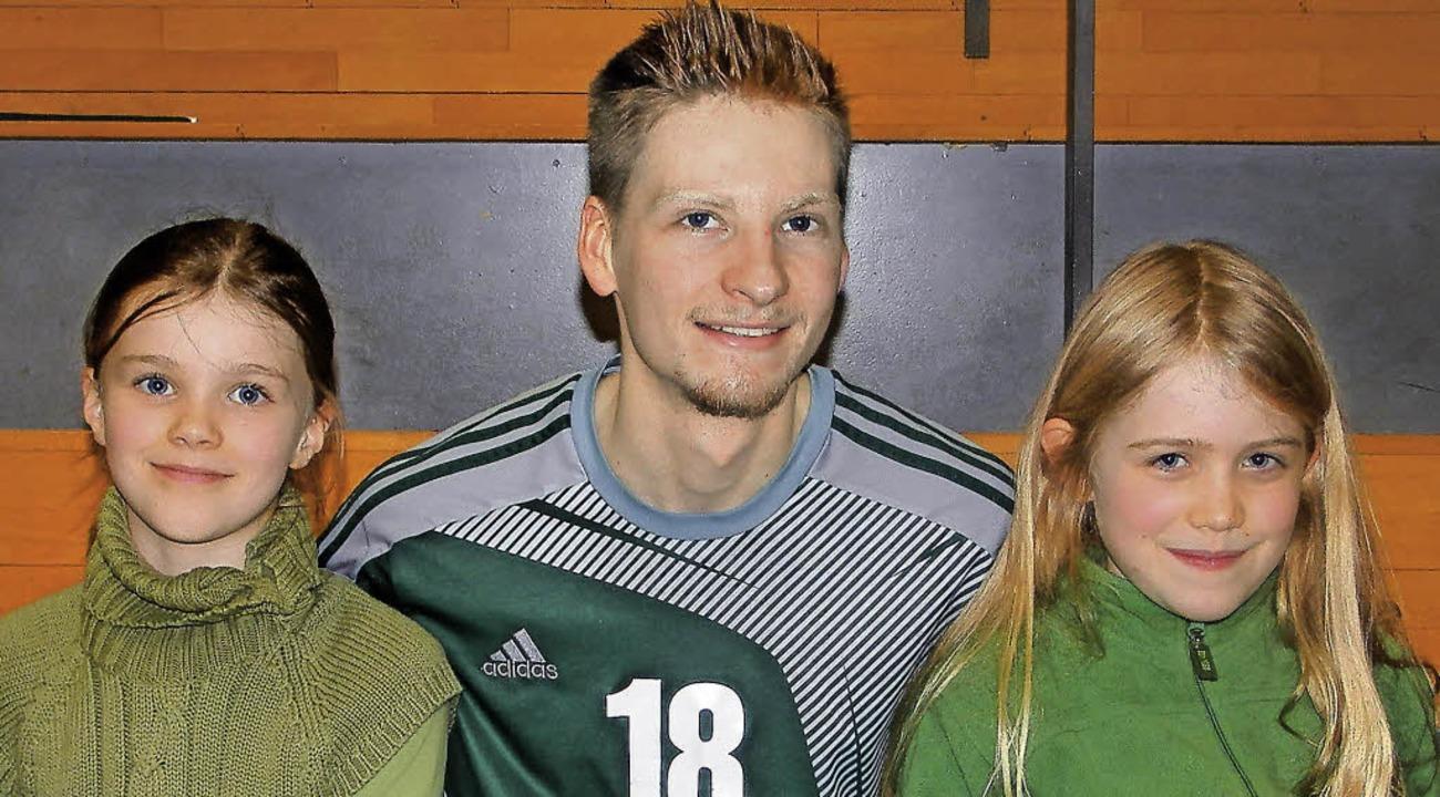 Katharina (links) und Finja mit Dominic Salomon   | Foto: privat