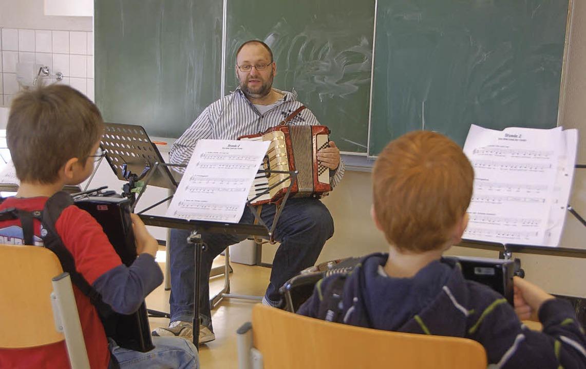 Ronny Fugmann und seine Grundschul-Akk...r üben fleißig eine Stunde pro Woche.   | Foto: helena Kiefer