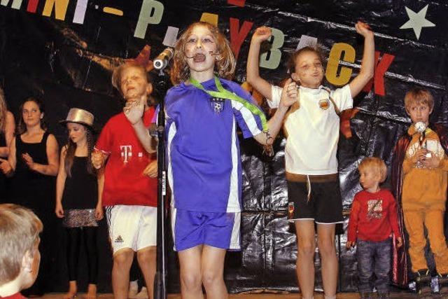 Kinderfasnet in Schuttertal: Mädchen erklären, wie Fußball geht
