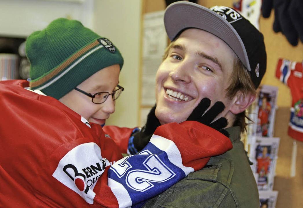 Sind ziemlich beste   Freunde:  der EH...er Eishockey-Spieler Jakub Wiecki (25)    Foto: Jennifer Reiner