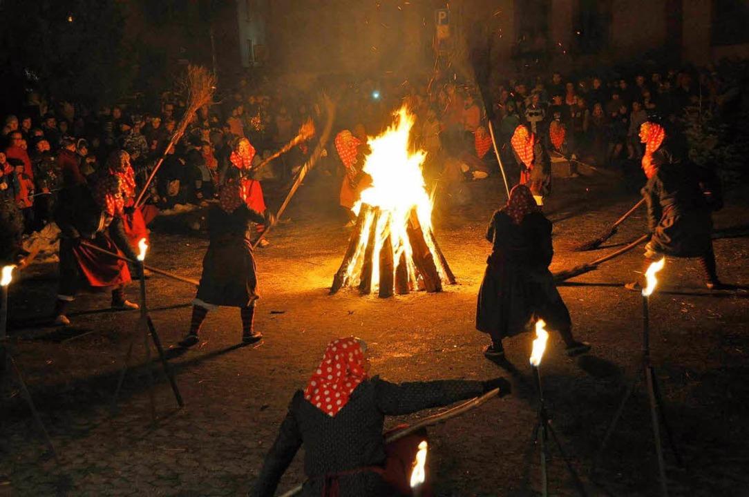 So tanzen die Burghexen ums Feuer.  | Foto: Hubert Bleyer