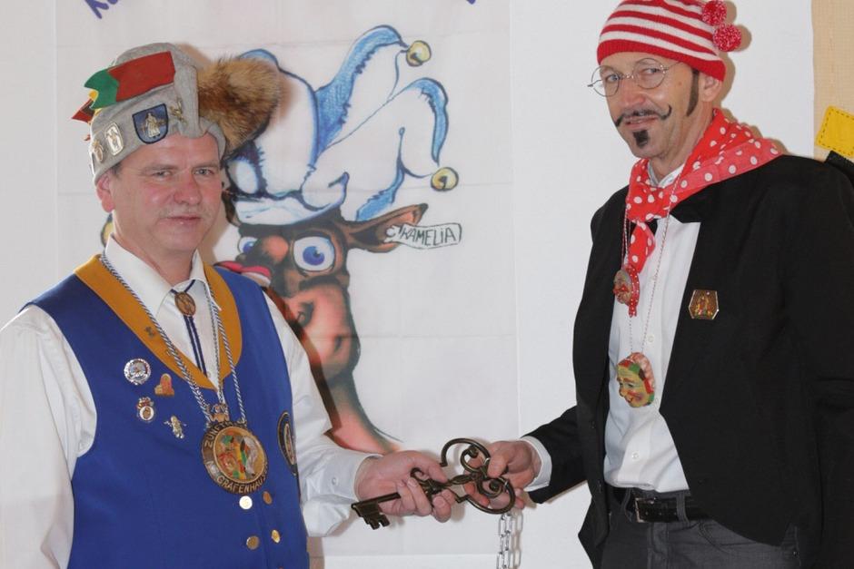 Die Galgenvögel haben die Macht im Rathaus Grafenhausen übernommen, der Schlüssel ist übergeben (Foto: Wilfried Dieckmann)