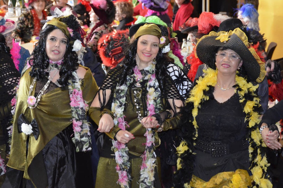 Bunte Federboas, schicke Hüte und Spitzenstrumpfhosen – beim Wiiberklatsch wurde nicht nur wild gefeiert, sondern auch tief in die Kostümkiste gegriffen. Aber nur für sich selbst. Männer hatten hier nichts zu suchen. (Foto: Julia Dreier)