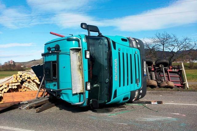 Holztransporter umgekippt: B 33 auf Höhe Ohlsbach voll gesperrt