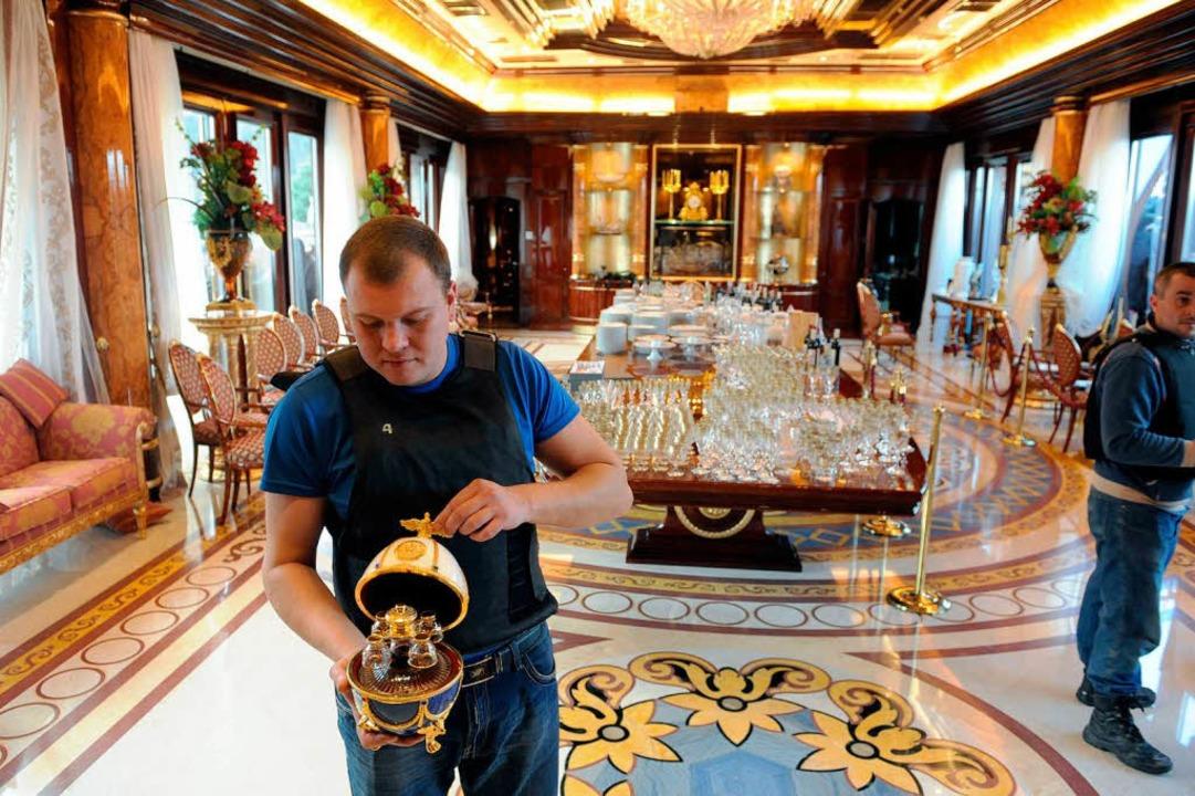 Präsident Janukowitsch residierte wie ...Aktivist zeigt das kostbare Inventar.   | Foto: dpa/AFP