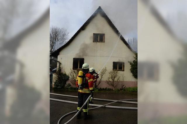 Nachbarn bemerken brennendes Hausdach