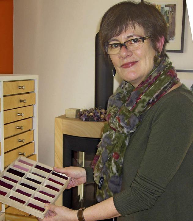 Martina Lauber arbeitet mit der Farbpa...n einem Schubladenschrank aufbewahrt.   | Foto: Ossenberg/dpa