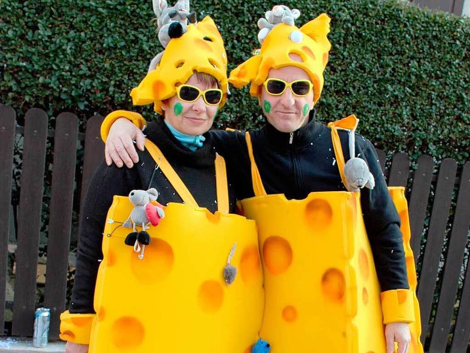 Zwei Umzugsbesucher kamen als wandelnde Käsewürfel.  | Foto: Mario Schöneberg