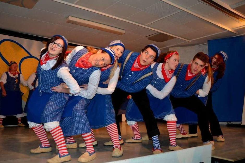Bunter Abend in Amoltern: Schwungvoller Waddler-Tanz. (Foto: Roland Vitt)