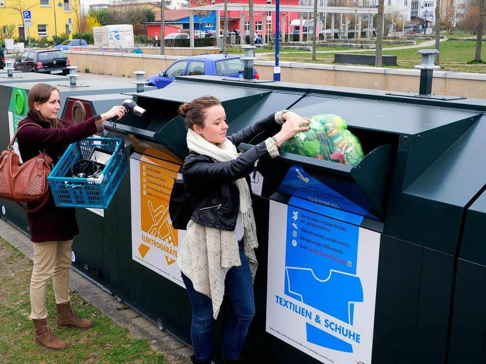 Altkleider gehören nur in solche tannengrünen Container.  | Foto: Kunz