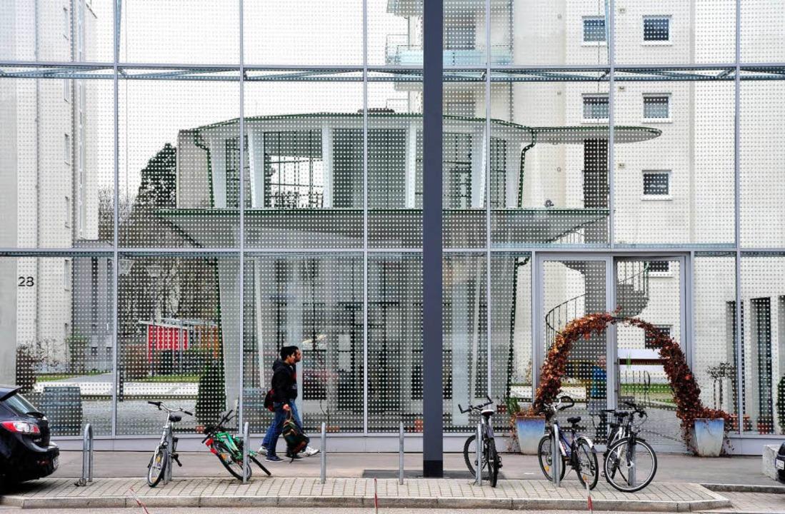 Turm hinter Schallschutzglas: Das Kleinod steht hinter einer Riesenwand.  | Foto: Thomas Kunz