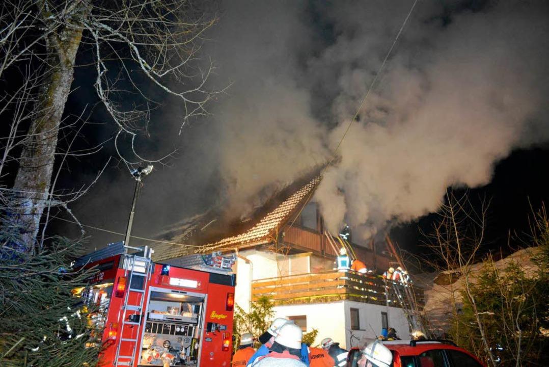 Rauch quillt aus dem Dachgeschoss der Pfistermühle.     Foto: Kamera 24